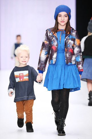 Куртка детская стеганая на девочку с разноцветным принтом 2021 1