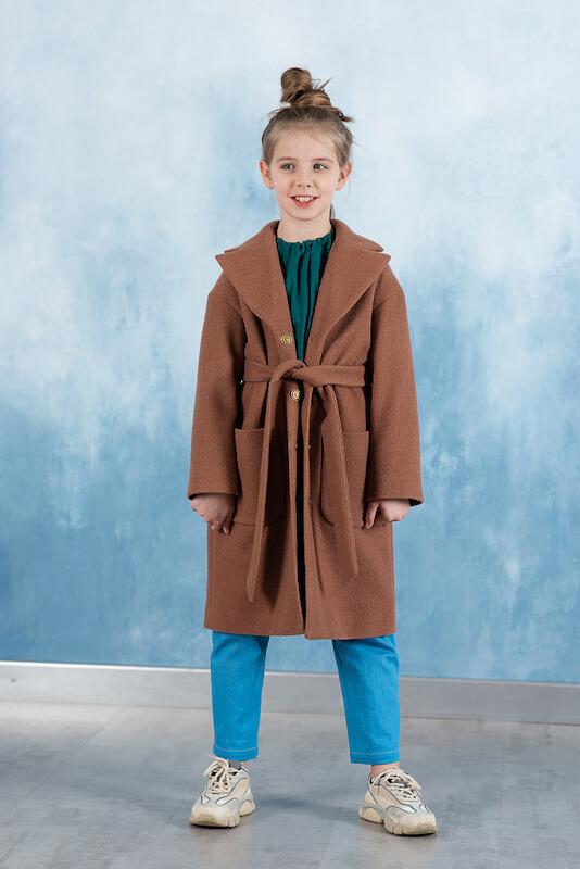 Бежевое детское пальто с накладными карманами