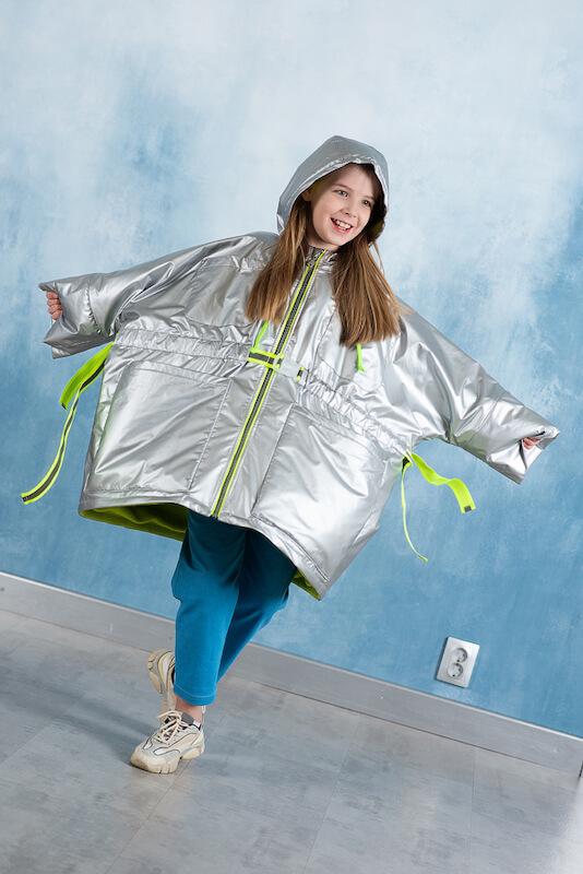 Серебристая куртка для девочки