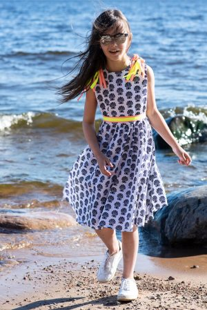 Летнее бело-синее детское платье с открытой спиной и неоновыми деталями