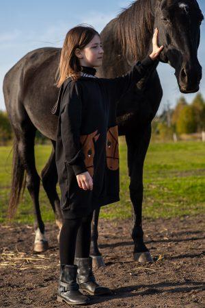 """Черное теплое детское платье-туника с карманами """"Лошадки"""""""