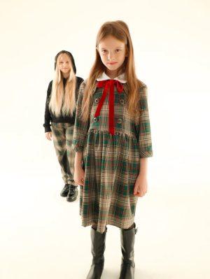 Детское платье для девочки, в бежево-зеленую клетку с белым воротником и красным бархатным бантом