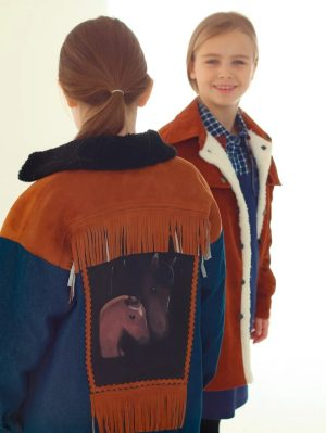 Утепленная джинсовая детская куртка для девочки, с принтом и бахромой на спине