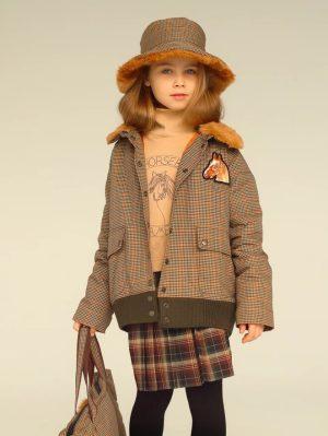 Утепленная детская куртка в клетку с нашивкой и меховым воротником