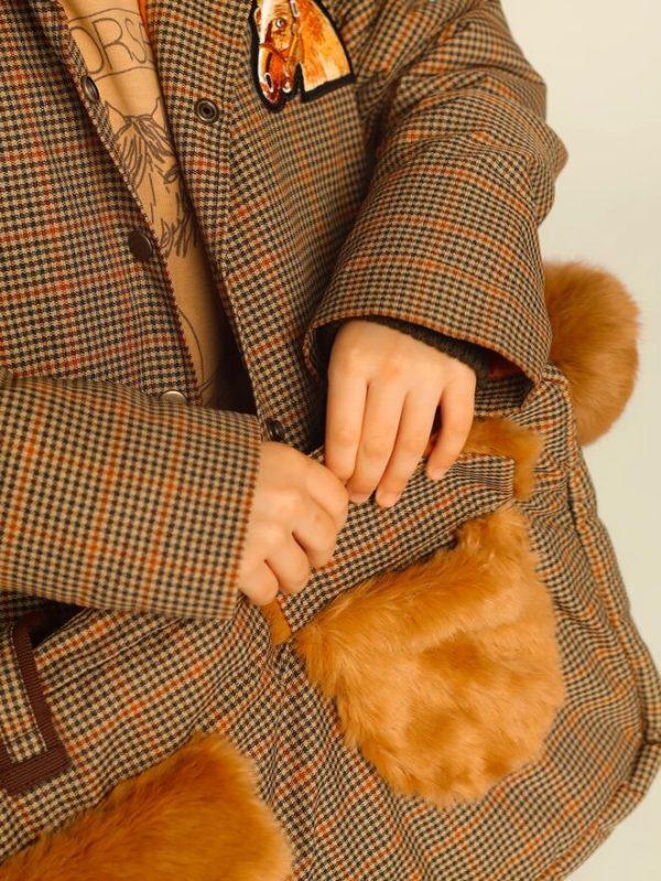 Утепленная детская куртка в клетку с нашивкой и меховым воротником 2020 4