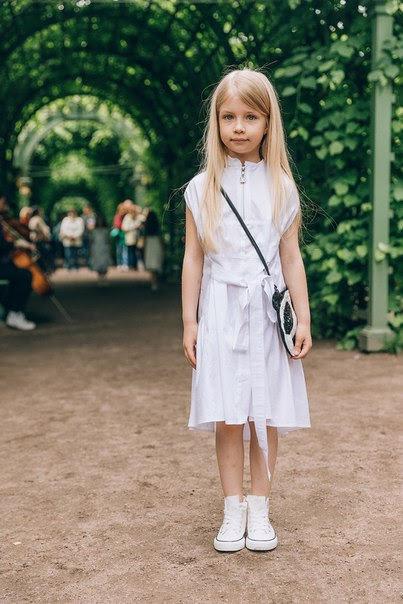 Платье детское из белого хлопка с молнией и воланом сзади