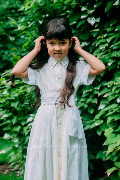 Платье-рубашка детское из белого хлопка на желтой подложке с декором из пайеток 2020 1
