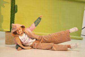 Стеганая весенняя детская куртка для девочки с цветными вставками на подкладке из меха