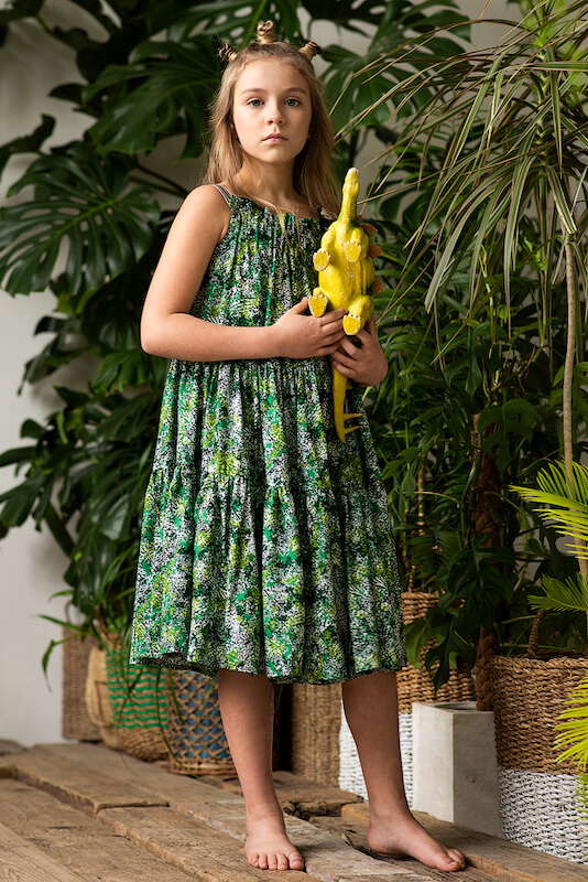 Принтованный зеленый летний детский сарафан с оборками для девочки