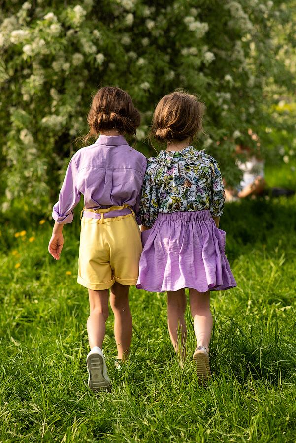 """Принтованная детская топ-блузка для девочки """"Разноцветные динозавры"""" с отложным воротничком и рукавами-фонариками"""