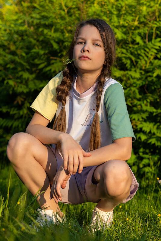Удлиненная детская футболка с цветными рукавами для девочки 2021 2