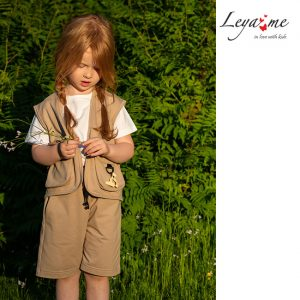 Бежевый детский жилет для девочки, из футера с накладными карманами