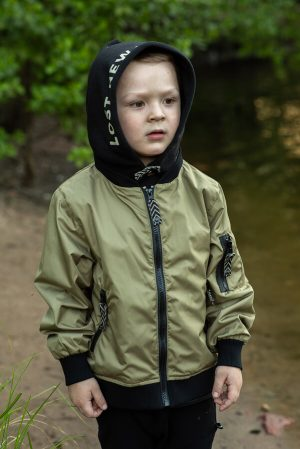 Детская куртка-бомбер для мальчика, из плащевки хаки со съемным капюшоном