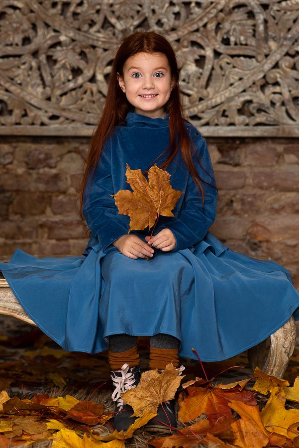 Синее платье на девочку из двух видов ткани