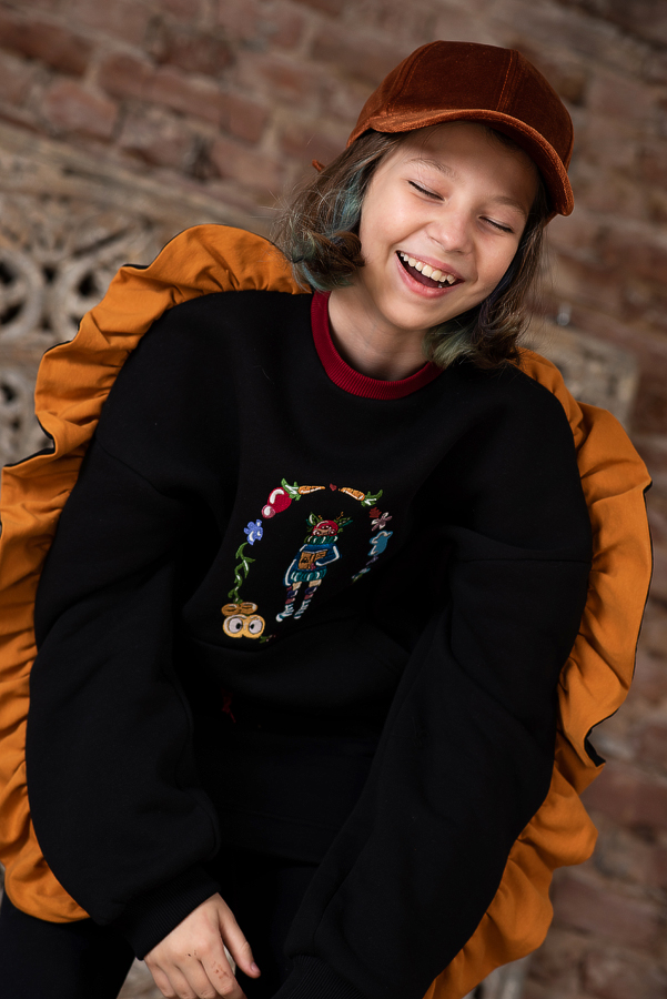 Свитшот для девочки утепленный черный с вышивкой