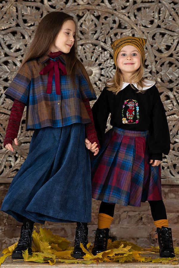 Блузка для девочки черная с воротничком и вышивкой 2020 1