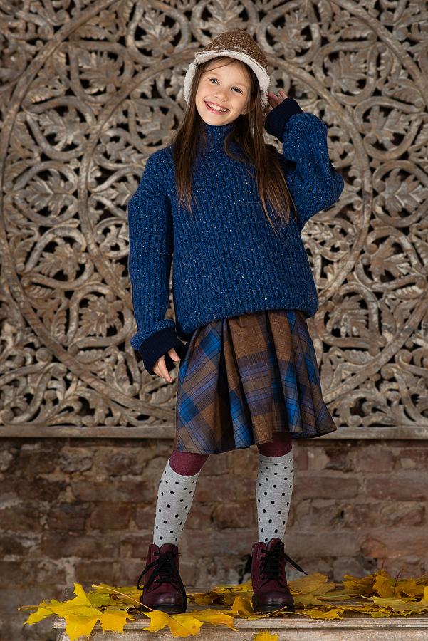 Свитер для девочки синий с заплатками - сердечками.