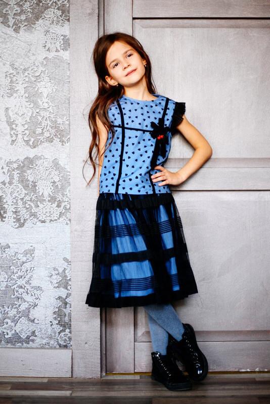 Платье на девочку из сетки бирюзового цвета с помпонами 2021 1