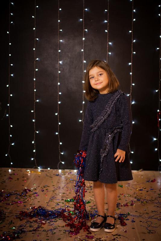 Платье детское из плотного трикотажа с люрексом с декоративной оборкой