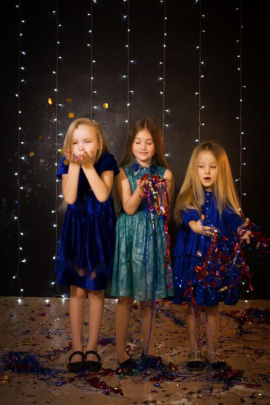 Платье-рубашка детское зеленое с бисером и пайетками 2020 1