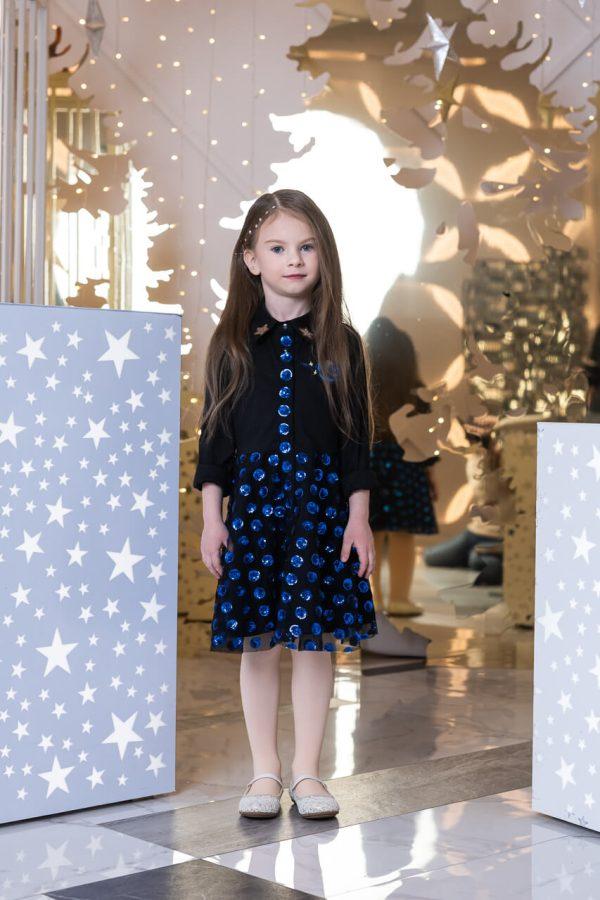 Платье-рубашка черное с юбкой из синих пайеток на сетке на девочку 2021 1