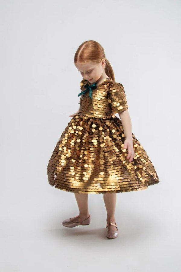 Платье на девочку из крупных золотых пайеток 2021 1