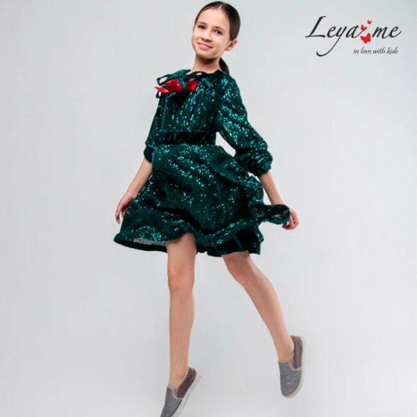 Платье на девочку из зеленых пайеток на бархате с красным бантом.
