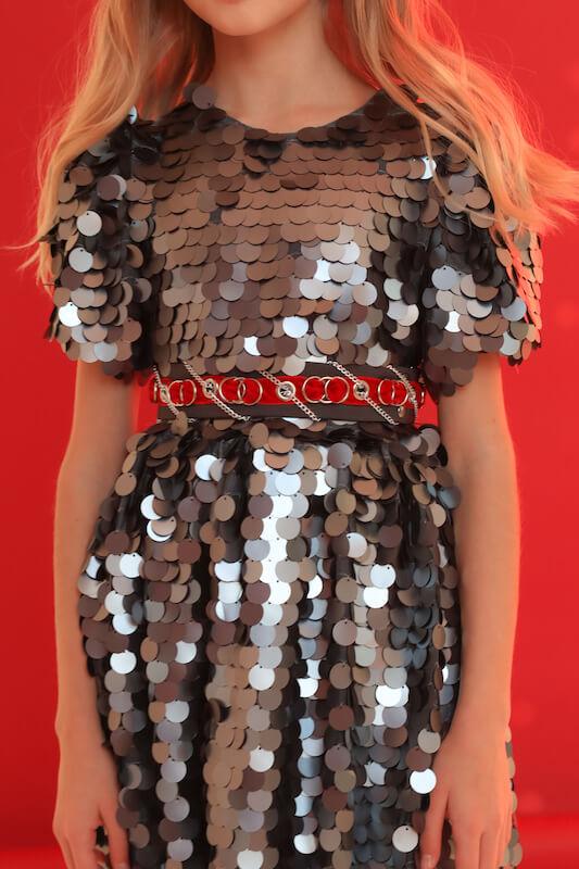 Нарядное серебристое детское платье с крупными пайетками