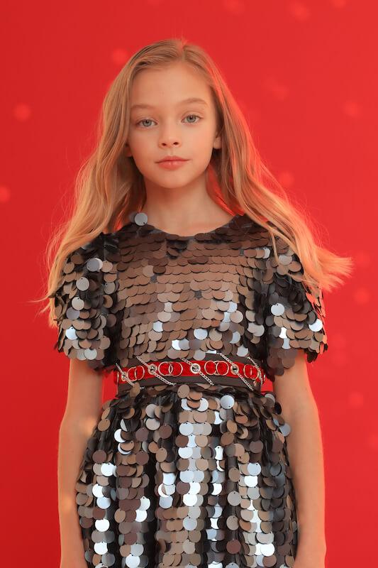 Нарядное серебристое детское платье с крупными пайетками 2021 1