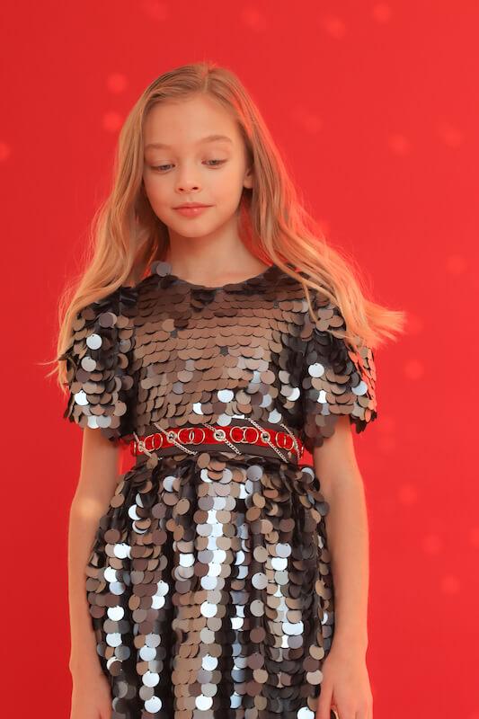 Нарядное серебристое детское платье с крупными пайетками 2021 2
