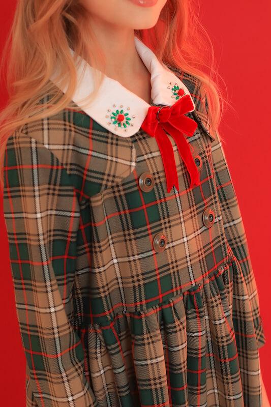 Нарядное детское платье в зеленую клетку с белым воротником и красным бантом