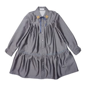 Серое школьное платье-рубашка с оборкой и декором на воротнике