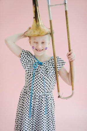 Платье белое в черный горошек с оборкой на горловине и голубым бантом на девочку