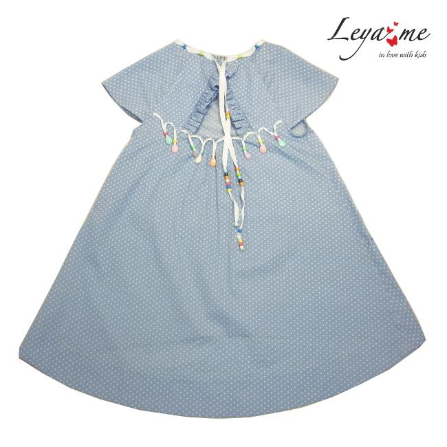 Платье голубое в мелкий горошек с вырезом на спине и декором из бусин на девочку