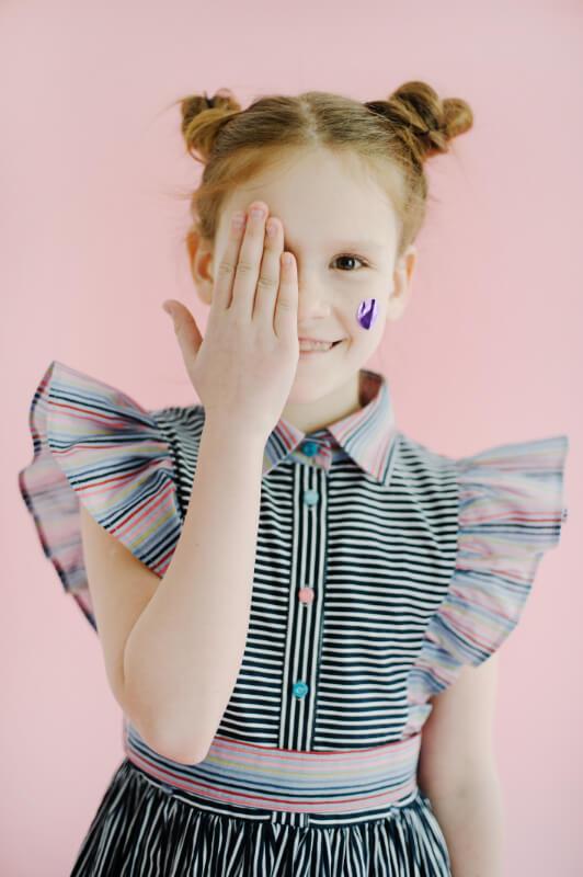 Хлопковое платье-рубашка в черно-белую полоску с розовыми оборками и поясом на девочку 2021 1