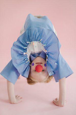 Блузка детская из голубого хлопка в мелкий горошек с воланой, белой кокеткой и отделкой из бусин на девочку