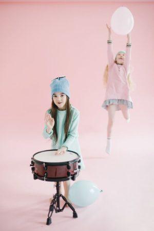 Платье из нежно-бирюзового футера с баской на девочку