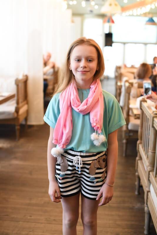 Хлопковый розовый шарф-платок с помпонами на девочку 2021 1