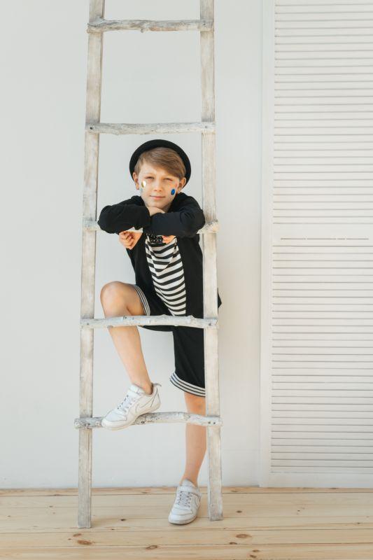 Свитшот черный детский с полосатой вставкой и бабочкой на мальчика