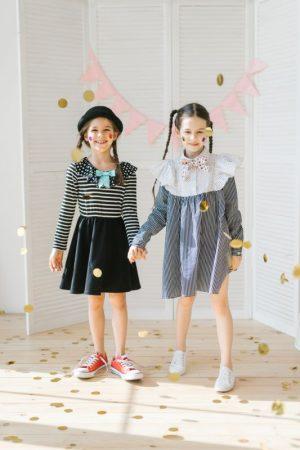 Платье в черно-белую полоску с манишкой и бантом на девочку