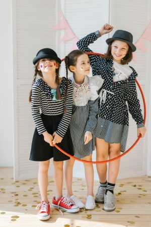 Платье-рубашка в горошек с полосатыми вставками и кулиской на девочку