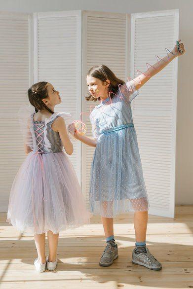 Платье детское из сетки в горошек голубое на полосатой подложке 2021 1