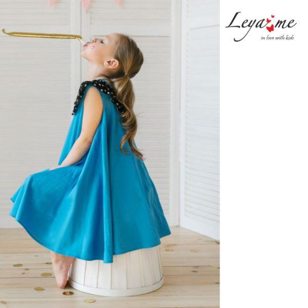 Платье-трапеция голубое с воротником в горошек на девочку