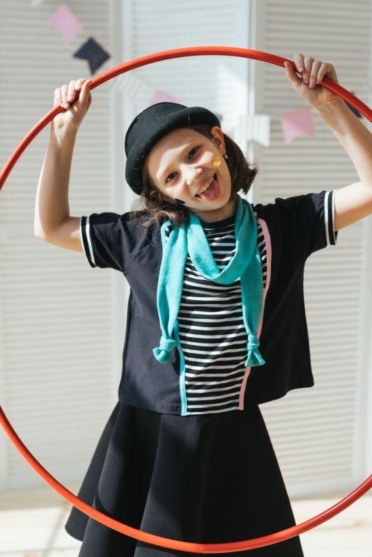 Футболка детская черная с полосатой вставкой на девочку