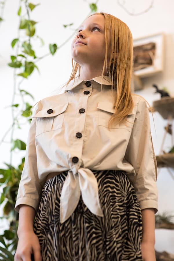Рубашка с разрезами на рукавах и завязкой спереди на девочку
