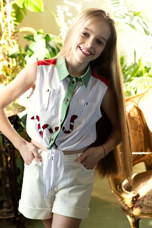 """Рубашка белая на девочку со спортивными деталями и апликацией """"Змея"""""""