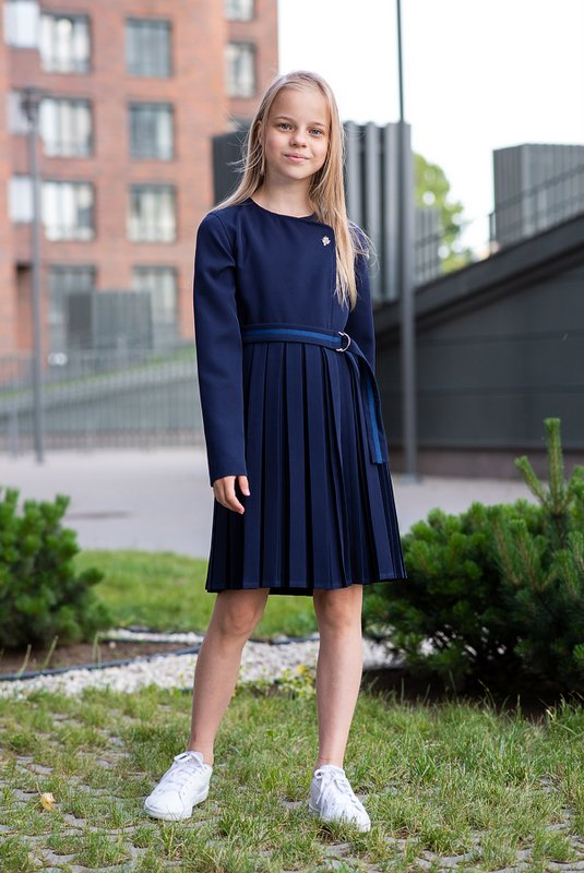 Синее школьное платье с запахом и плиссированной юбкой