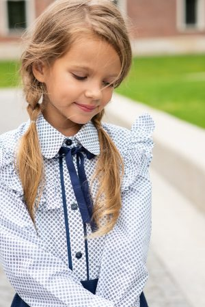 Принтованная белая школьная детская блузка с воланом на лифе и контрастной планкой