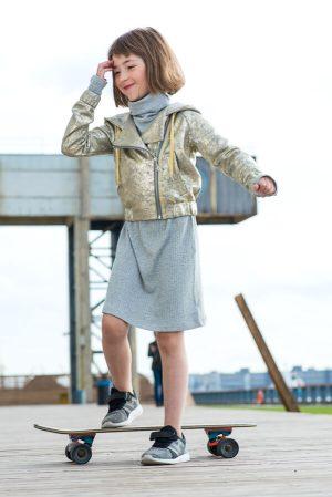 Платье-чулок серебристо – серое с высоким горлом на девочку