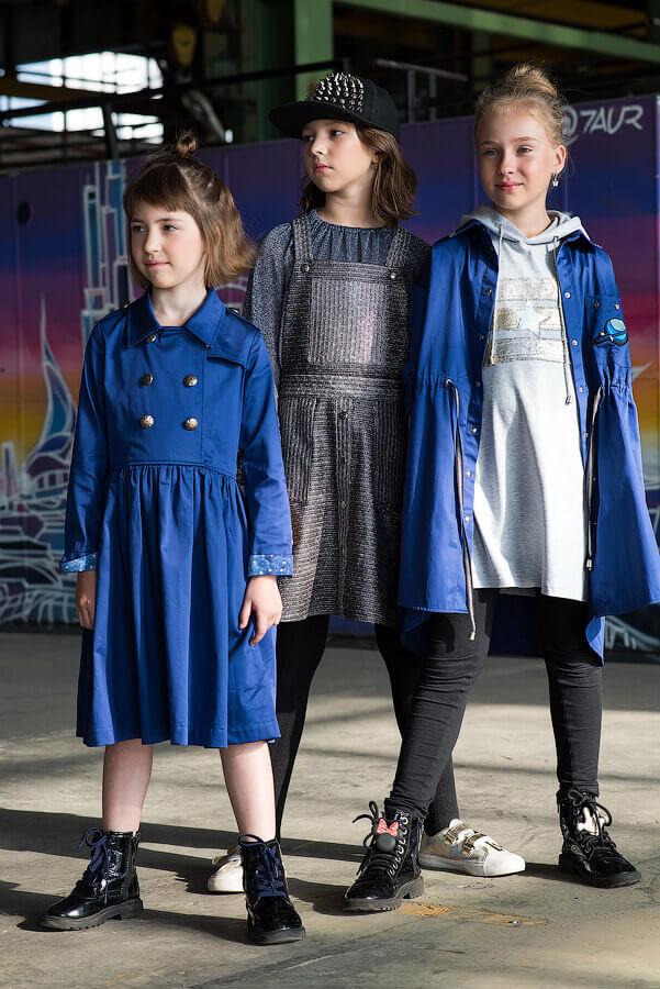 Серебристо-серый сарафан на кнопках с накладными карманами на девочку